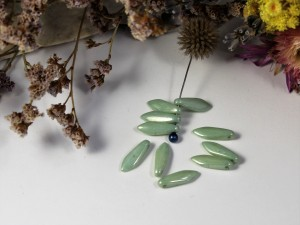 1-hole Glass Daggers 16x5mm Chalk White Mint Luster