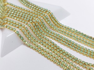Стразовая цепь GOP129 2мм ss6 Основа золотая Цвет Green Opal прозрачная