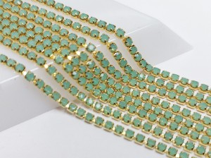Стразовая цепь GOP128 2мм ss6 Основа золотая Цвет Green Opal не прозрачный