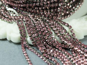 Стразовая цепь 2мм ss6 Цвет светло розовый основа черная BN100